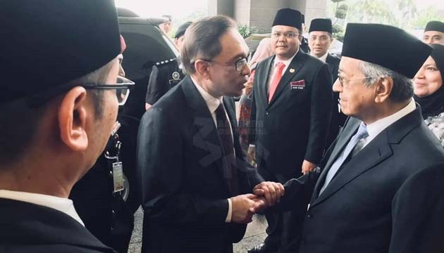 Reformist politician Anwar Ibrahim has been freed from prison after receiving a full pardon from the king