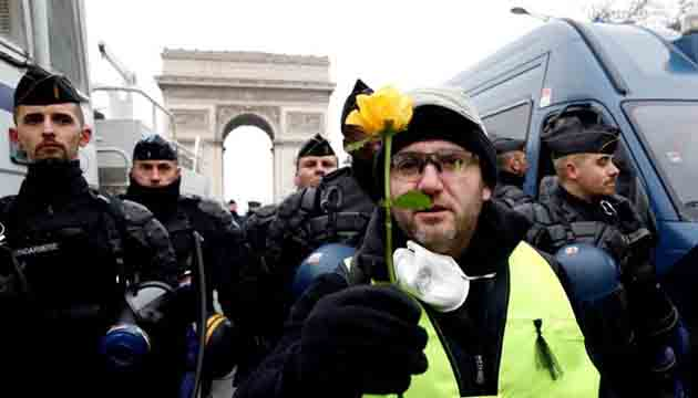 Thousands of French 'yellow vests' protest for fifth Saturday ,Nearly 100 arrested as defiant demonstrators face off with police.